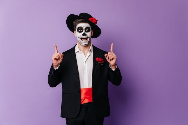 Amazed handsome guy in mexican attire chilling at party. halloween photo of emotional man in zombie outfit.