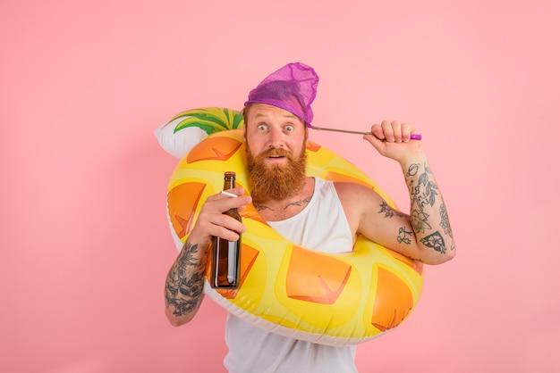 驚いた男は、ビールとタバコを手にドーナツの命の恩人と一緒に泳ぐ準備ができています