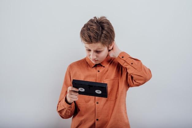 흰색 배경에 고립 된 비디오 테이프와 함께 놀된 초반