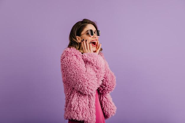 Donna stupita che posa in cappotto di eco