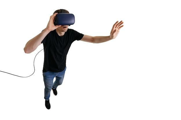 가상 현실을 경험하는 3d 안경에 놀란 젊은 남자