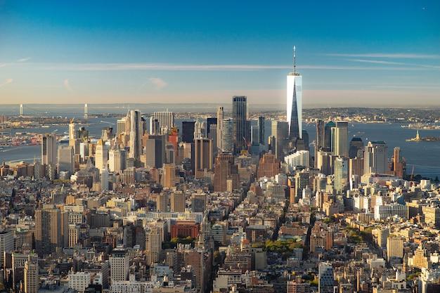 Удивительный панорамный вид с воздуха на манхэттен с закатом. концепция бизнеса и развития