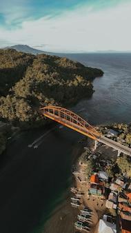Удивительный аэрофотоснимок современного моста в загородной деревне на филиппинах