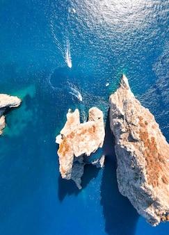 イタリア、カプリ島の海の上のファラリオーニ岩の素晴らしい空中写真。ドローンの視点。