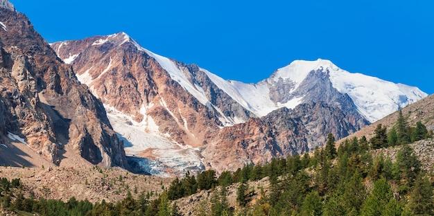 놀라운 알타이 산맥. 볼쇼이 악트루 빙하로 가는 길. 고품질 사진