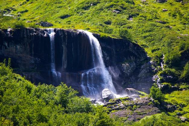 산의 놀랍고 아름다운 폭포