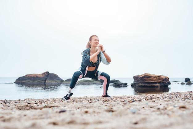 Удивительная и сильная спортивная женщина в спортивной одежде с протезом ноги