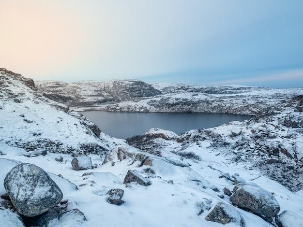 標高の高い凍った湖のある素晴らしい北極の風景