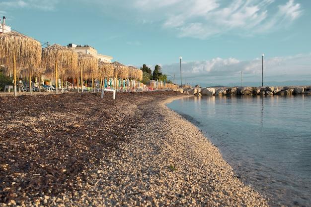 Удивительная бухта на острове корфу, греция.