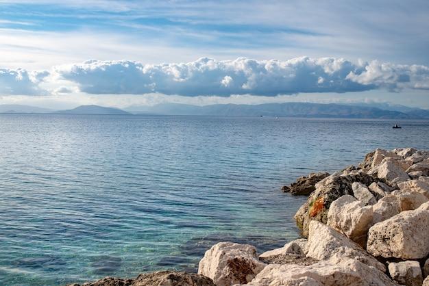 코르푸 섬의 맑은 물과 큰 돌이있는 놀라운 만