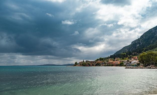 코르푸 섬의 paleokastritsa에서 맑은 물이있는 놀라운 만