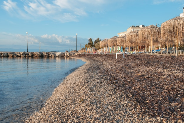 코르푸 섬, 그리스에 맑은 물과 함께 놀라운 베이. 이오니아 바다 해변의 아름다운 풍경입니다. 화창한 날씨, 푸른 하늘.
