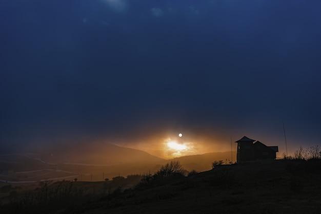 Удивительно красивый и красочный закат в горах