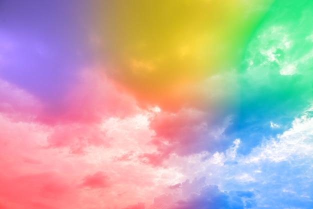 Incredibile bellissimo cielo d'arte con nuvole colorate