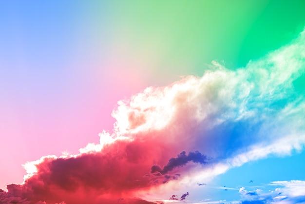カラフルな雲と素晴らしい美しいアートの空