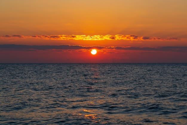 Удивительно красивый красочный восход солнца на море