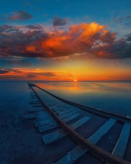 Удивительно красивый пейзаж моря на закате