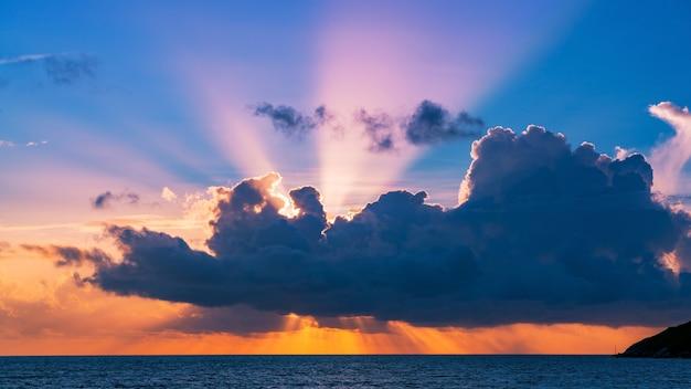 Удивительный красивый свет природы драматическое небо на фоне пейзажа заката или восхода солнца тропического моря.