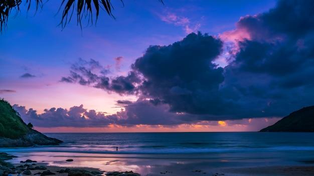 自然の驚くべき美しい光夕日や日の出の風景の背景に劇的な空の海景。