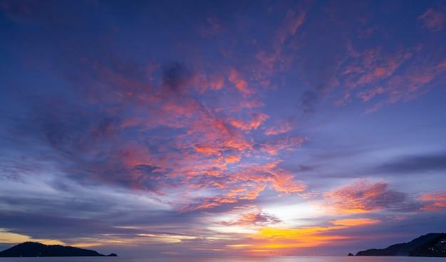 자연의 놀라운 아름다운 빛 일몰 또는 일출 풍경 배경에서 극적인 하늘 바다.
