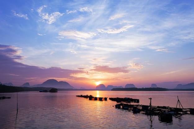 自然の素晴らしい美しい光日没または日の出の風景の劇的な空の海