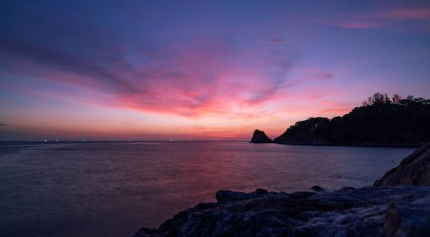 自然の驚くべき美しい光劇的な空の海