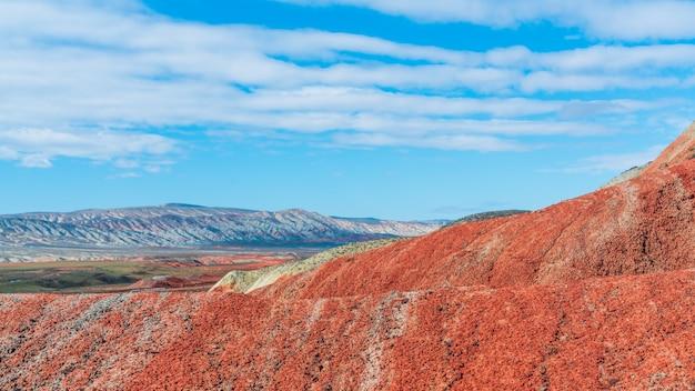 驚くべき美しい赤い山の風景