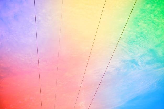 雲のある素晴らしい美しい空-高電圧ケーブル付き