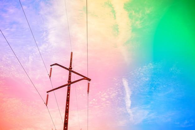 雲のある素晴らしい美しい空-高電圧ポスト付き