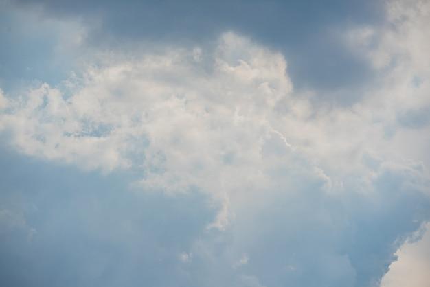 雲と驚くほど美しい空