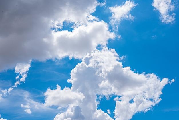 Удивительное красивое небо с облаками