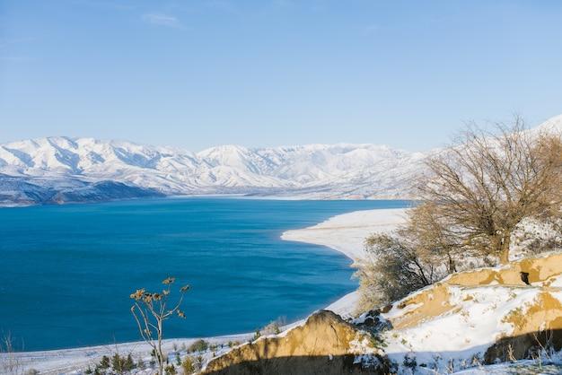 冬のウズベキスタンのチャルヴァク貯水池の驚くべき美しい冬の風景
