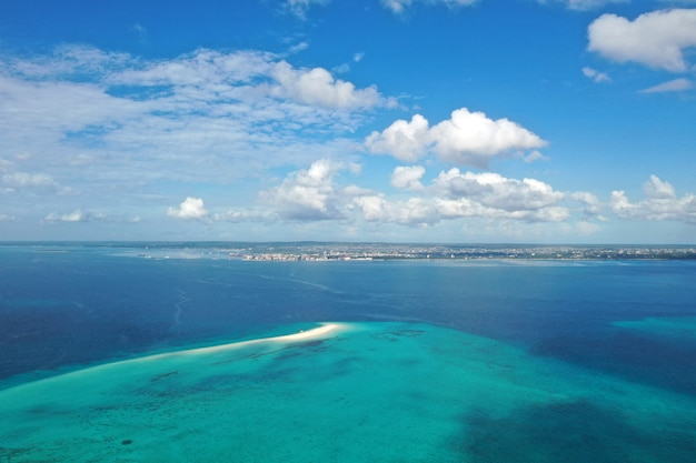 Удивительный вид с высоты птичьего полета на занзибаре. морской пейзаж
