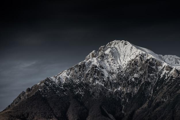 어두운 하늘과 아름다운 산과 언덕의 놀라운 흑백 사진
