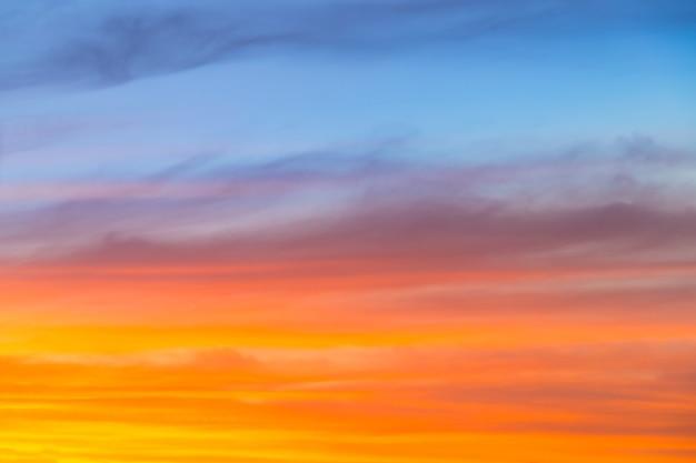 素晴らしい青、オレンジ、黄色の夕焼け空のグラデーションの背景。
