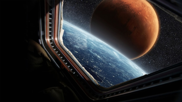 별이 빛나는 하늘에 붉은 평원 화성이 있는 놀라운 푸른 행성 지구, 우주선 창에서 보이는 전망. 우주 비행사는 우주선을 타고 우주 공간의 행성을 봅니다. 우주 여행 개념