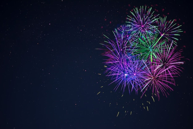夜空の右側にある素晴らしい青紫緑のお祝い花火、コピースペース。独立記念日、7月4日、年末年始は背景に敬礼します。