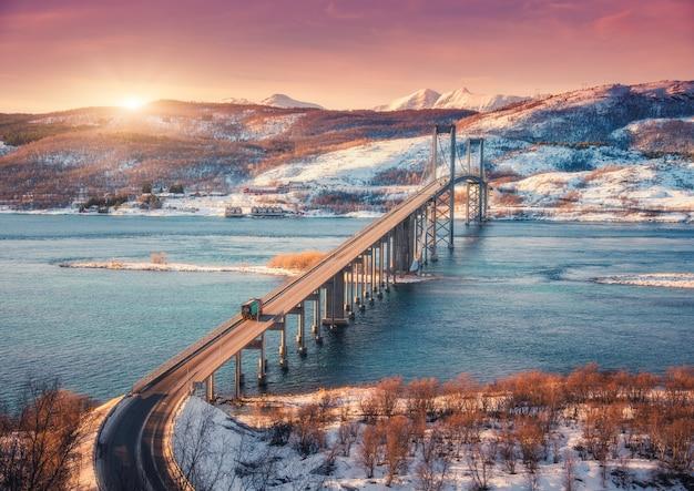 Изумительный мост во время захода солнца в островах lofoten, норвегии.