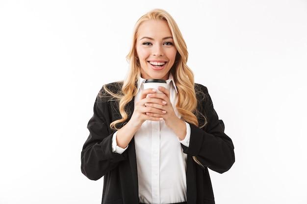 素晴らしいビジネス女性がコーヒーカップを保持している白い壁に孤立したポーズします。