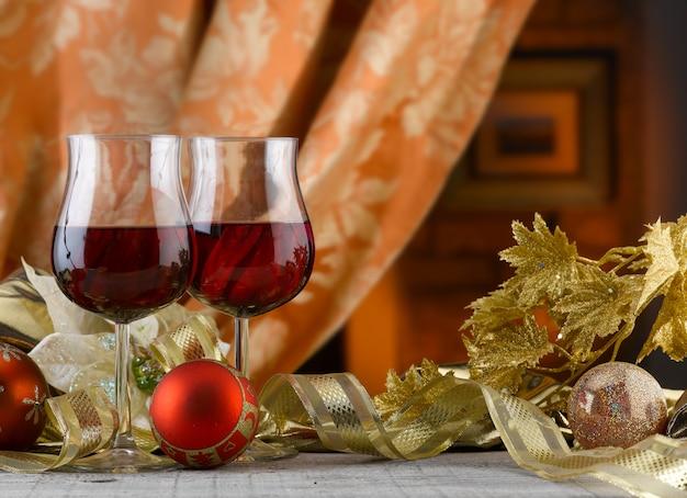 따뜻한 축제 건배를 위한 밝고 화려한 장식이 있는 놀라운 크리스마스 설정