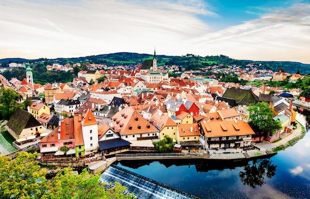 美しいチェスキークルムロフの素晴らしい街並みの眺め