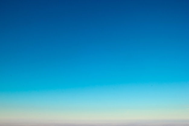 驚くほどクリアなアクアブルーの色の夕焼け空のグラデーションの背景。