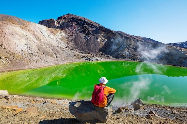 Удивительные изумрудные озера на пересечении тонгариро, национальный парк тонгариро, новая зеландия. концепция wanderlust