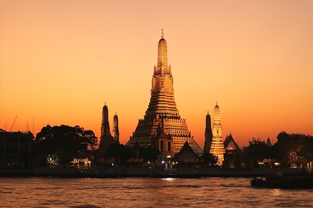 Amazing evening view of wat arun or the temple of dawn, located on the west bank of chao phraya river in bangkok, thailand