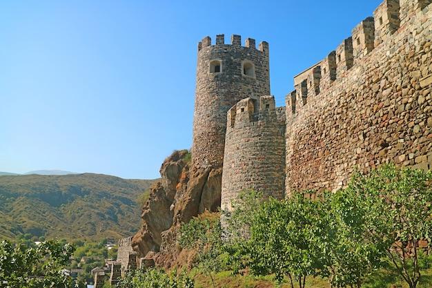 Удивительный внешний вид средневековой крепостной башни рабати в городе ахалцихе, грузия