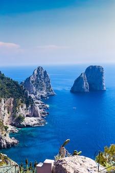 雄大なティレニア海の素晴らしいファラリオーニの崖のパノラマ