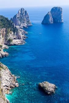 雄大なティレニア海の素晴らしいファラリオーニの断崖のパノラマ。
