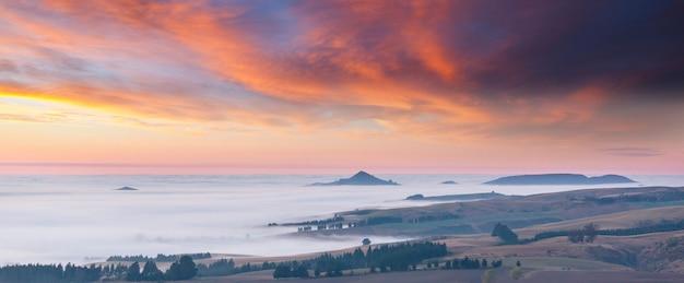 朝の素晴らしい霧の田園風景。ニュージーランドの美しい自然