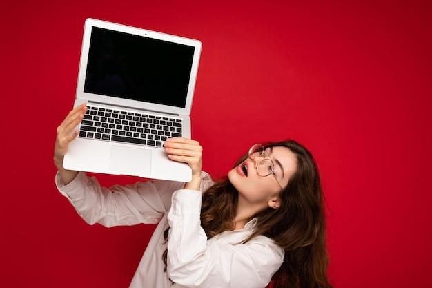 Удивительно смешно счастливый красивая улыбка темные волосы молодая женщина держит компьютер ноутбук
