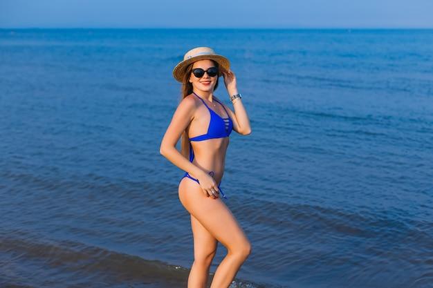 Удивительная девушка в голубом купальнике с красивым спортивным телом